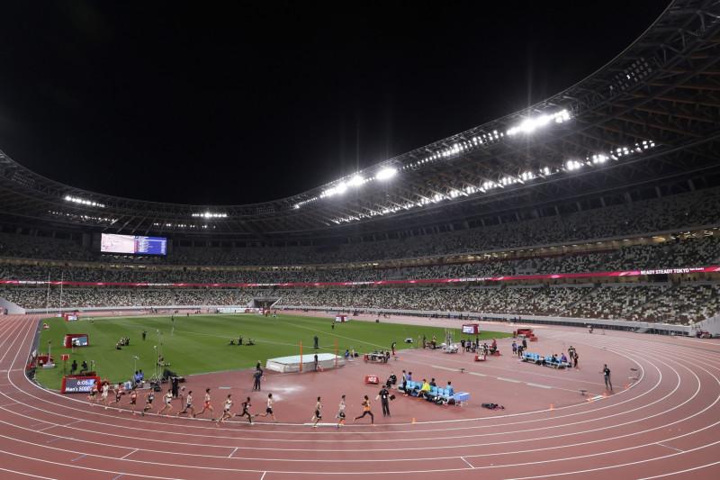 """بعض الرياضيين يتنافسون خلال فعالية اختبارات ألعاب القوى لدورة الألعاب الأولمبية """"طوكيو 2020"""" داخل الاستاد الوطني في طوكيو، في 9 مايو 2021"""