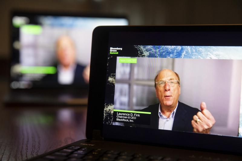 """لاري فينك من شركة """"بلاك روك"""" يتحدث عبر الإنترنت خلال""""قمة بلومبرغ الخضراء"""" التي عُقدت في أبريل الماضي"""