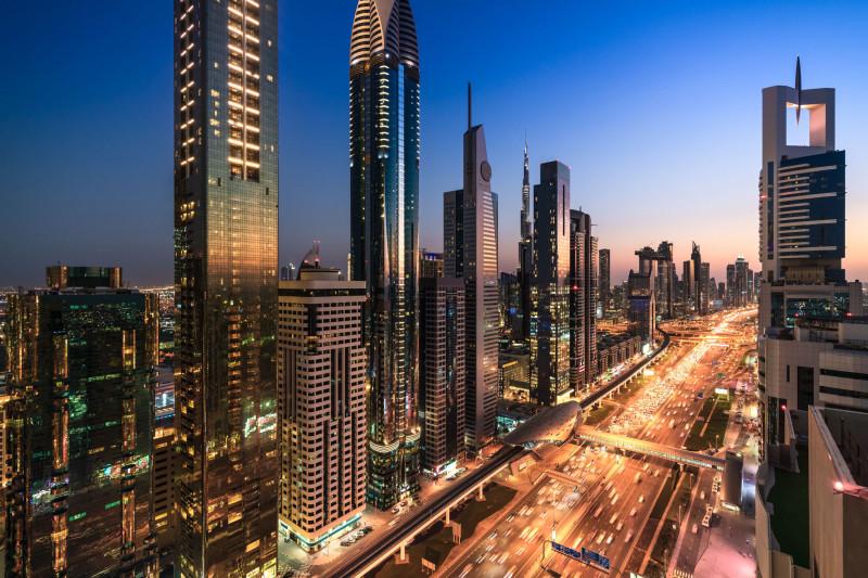 مشاهد من الأعلى لأفق المدينة وناطحات السحاب عند غروب الشمس في دبي