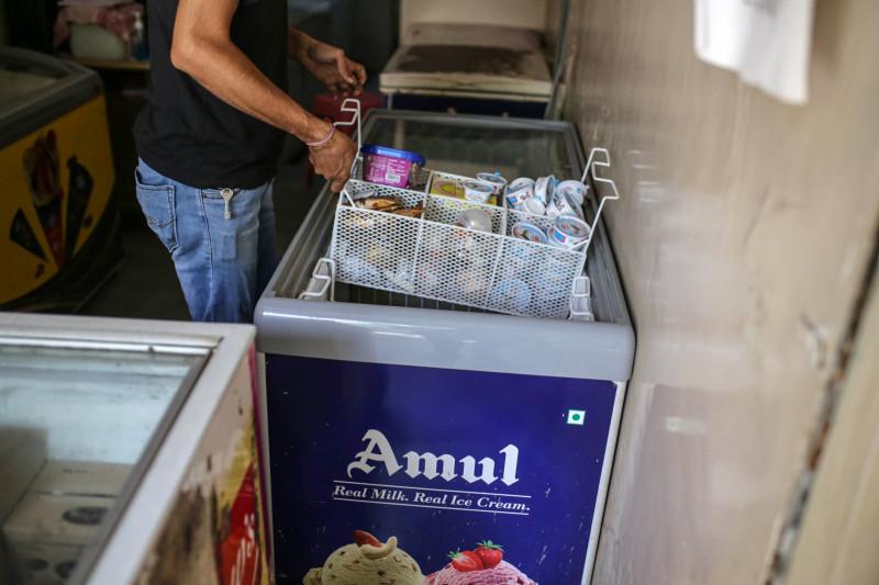 """مثلجات للبيع من إنتاج شركة """"آمول"""" للبيع في أحد متاجر مومباي، الهند."""