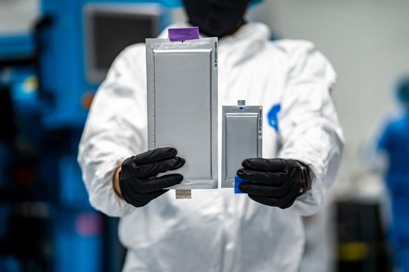 """خلية معدنية ليثيوم صلبة بالكامل بسعة 20 أمبيراً من شركة """"سوليد باور""""."""
