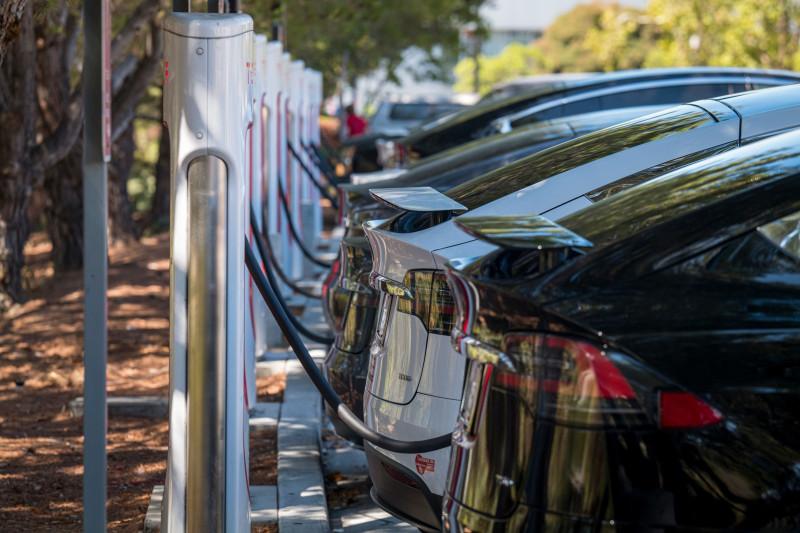 """سيارات """"تسلا"""" تشحن بالكهرباء"""