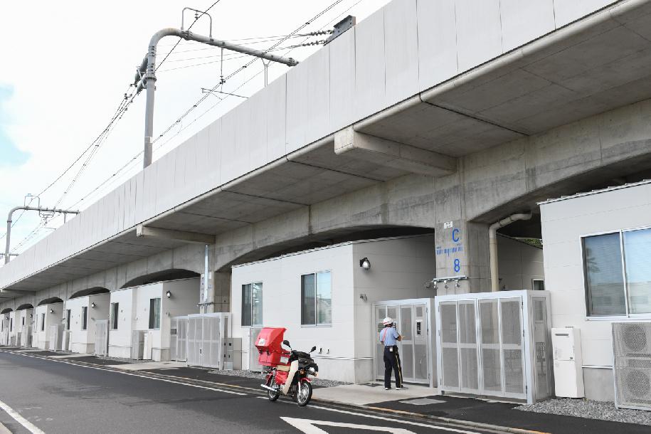 """مساكن الطلاب تقع أسفل خطوط السكك الحديدية بين محطتَي """"Higashi-Koganei"""" و""""Musashi Koganei-"""""""