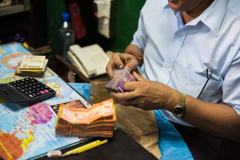 تعاني سريلانكا أزمة في سعر الصرف مع تضرر موارد البلاد الدولارية بسبب انهيار قطاع السياحة نتيجة قيود كورونا