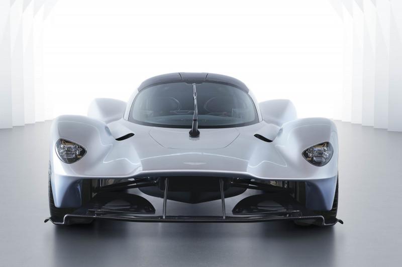"""سيارة """"فالكيري"""" الفائقة بسعر 2.4 مليون جنيه إسترليني، تحقق إيرادات 21 مرة أكثر من طراز """"فينتدج V8""""، التي خيبت مبيعاتها الآمال، حسبما تقول جيليان ديفيس من بلومبرغ إنتليجنس."""