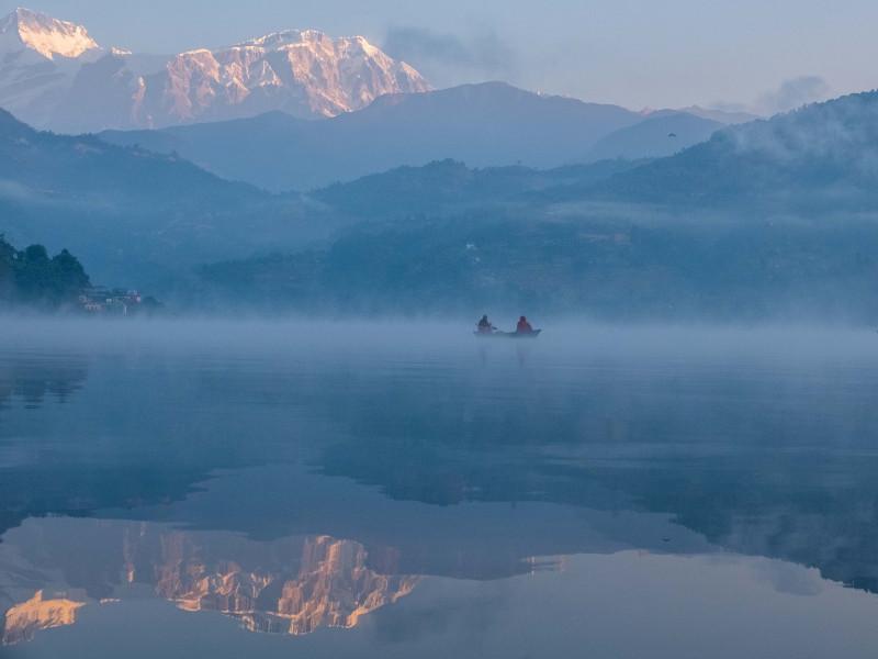 رذاذ الصباح عند بحيرة بيغناس في بوخارا في النيبال