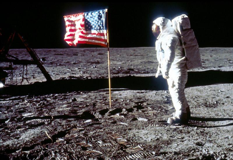 """رائد الفضاء إدوين ألدرن يقف بجانب العلم الأمريكي على سطح القمر في أثناء مهمة """"أبولو 11"""" في 20 يوليو 1969"""