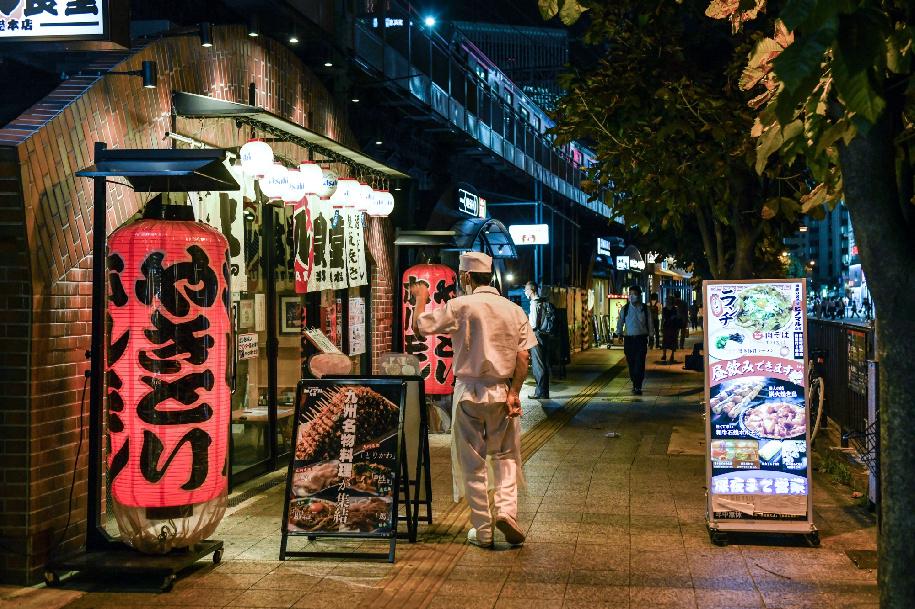 أقواس سكك ياوراكوتشو عادةً ما تضمّ أسفلها حانات قديمة ومطاعم صغيرة