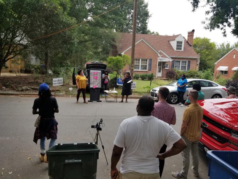 أيديل أورتيز يتحدث إلى سكان شرق دورهام حول برنامج Shared Streets