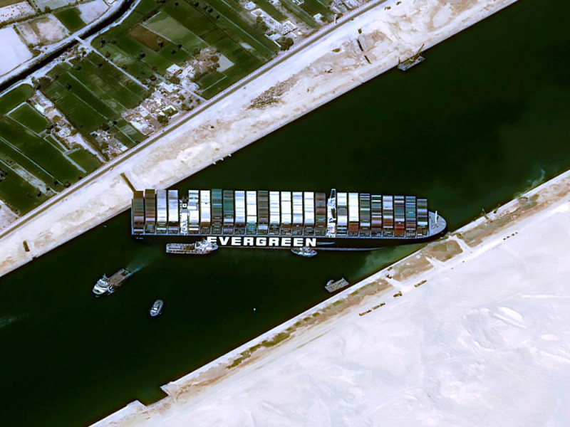 """صورة جوية تظهر سفينة الحاويات """"إيفر غيفن"""" عالقة في قناة السويس في 25 مارس."""