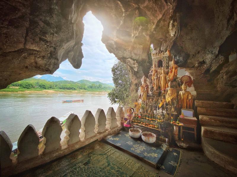كهف باك عند ضفاف نهر ميكونغ في لاوس