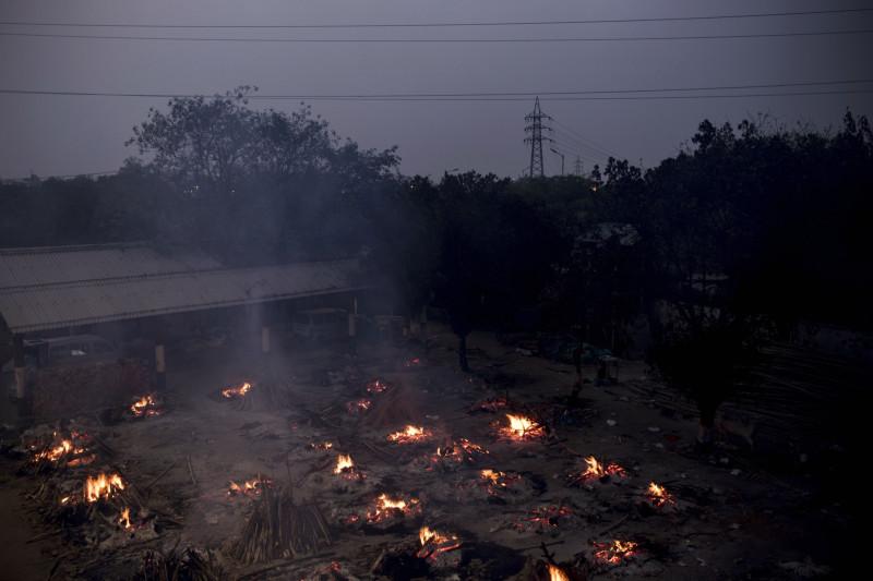 حرق جماعي للجثث في نيودلهي بسبب تزايد أعداد الوفاة جراء وباء كورونا