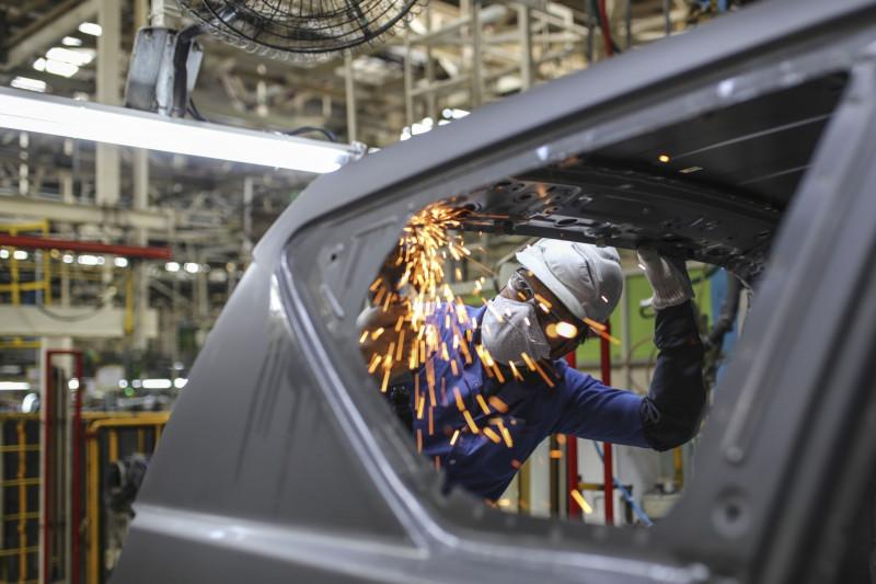 عامل على خط اللحام الأساسي لإنتاج المركبات المدمجة متعددة الأغراض  في مصنع  تويوتا كيرلوسكار موتور  في بيدادي. كارناتاكا . الهند