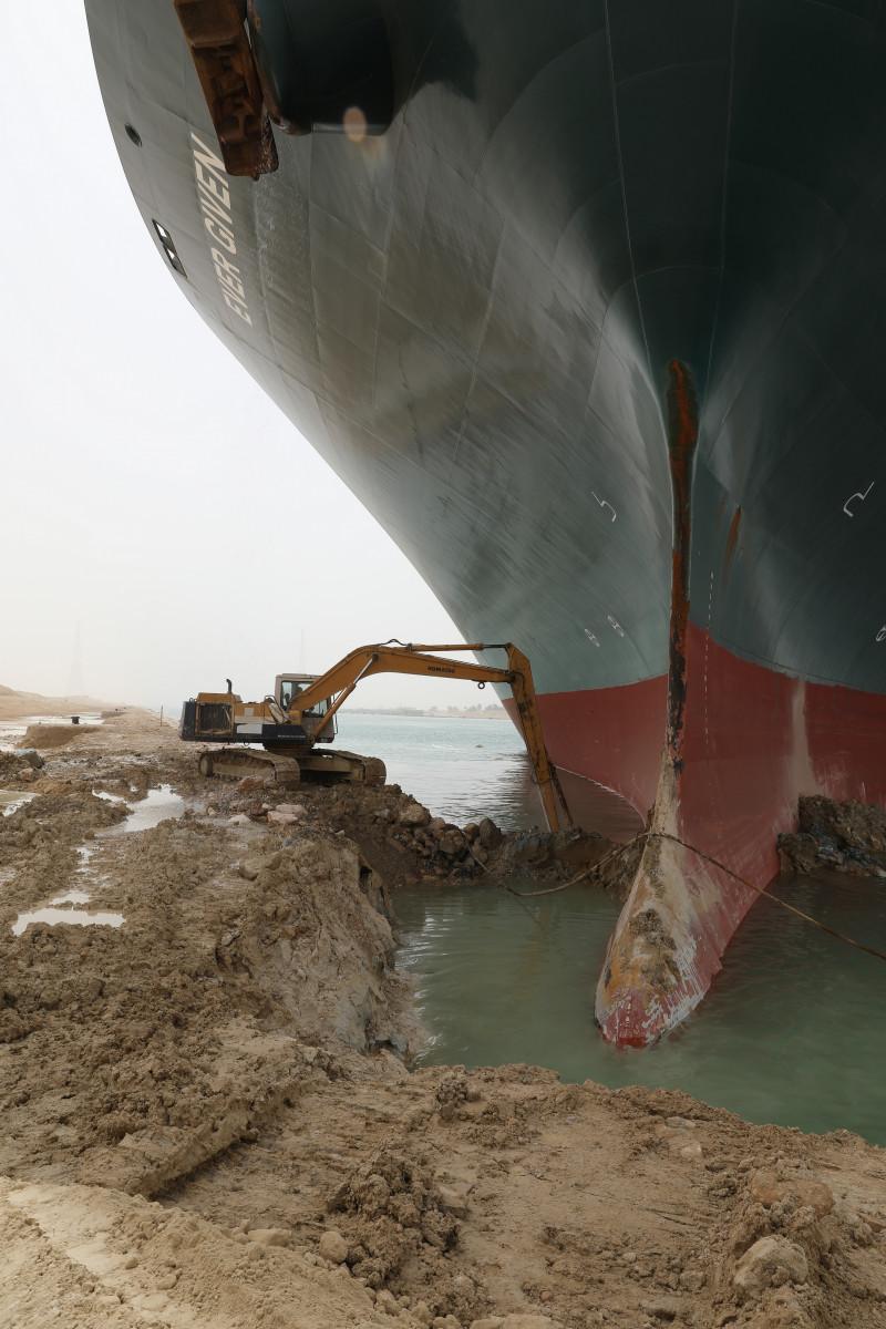 السفينة الجانحة في قناة السويس