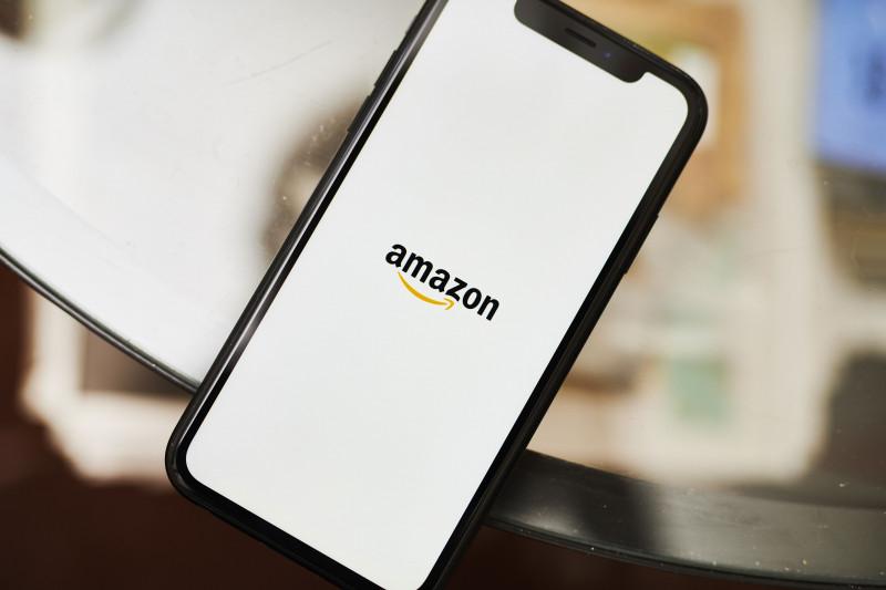 شعار شركة أمازون على شاشة هاتف ذكي