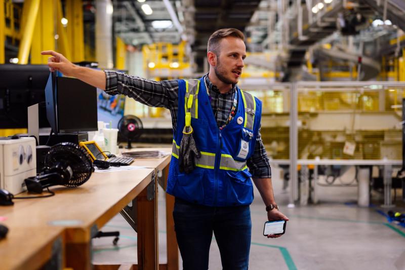 """إيفان شوبي، يشرح عملية تسلّم البضائع في مبنى """"بي إف أي 4""""، في 4 أغسطس 2021"""