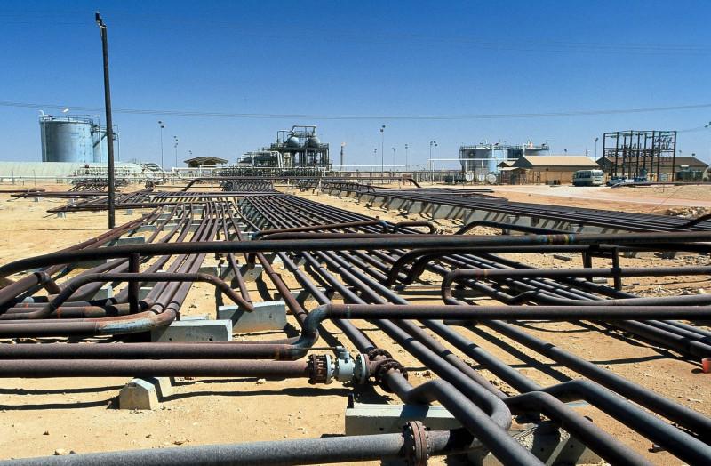 خطوط أنابيب في حقل نفط في جنوب عمان
