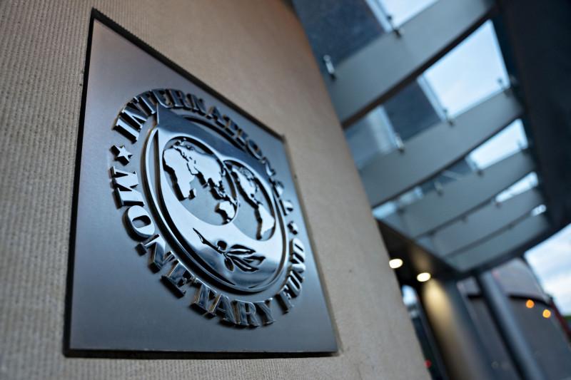 شعار صندوق النقد الدولي مثبت على واجهة مبنى الصندوق في العاصمة الأمريكية واشنطن