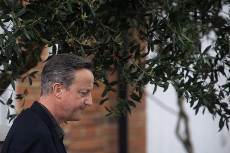 """رئيس الوزراء البريطاني السابق ديفيد كاميرون أثناء خروجه من منزله في لندن في 13 مايو، قبل الإدلاء بشهادته بشأن """"غرينسيل كابيتال"""" أمام لجنة الخزانة في مجلس العموم"""