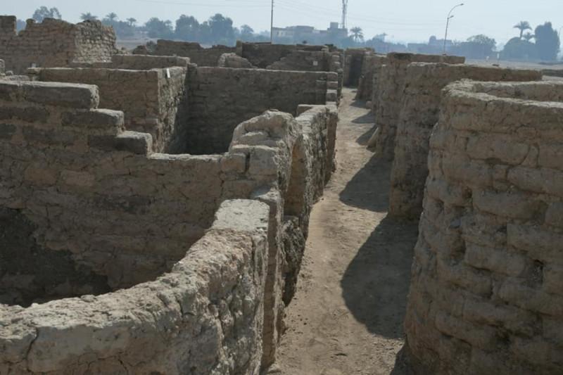 أسوار المدينة المفقودة في الأقصر التي أعلن عالم الآثار المصري زاهي حواس عن اكتشافها في شهر أبريل الماضي
