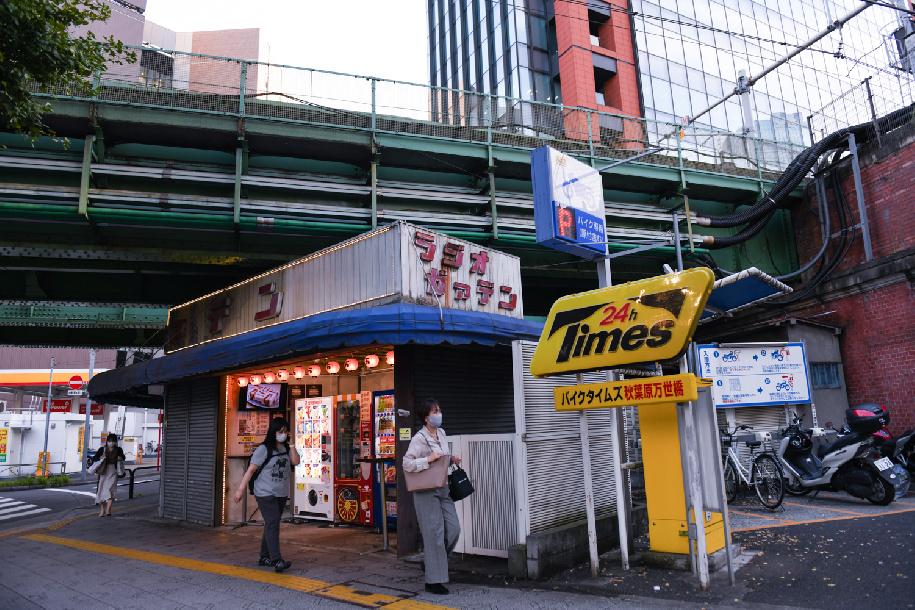 منفذ بيع تحت خطوط السكك الحديدية بالقرب من محطة أكيهابارا في طوكيو