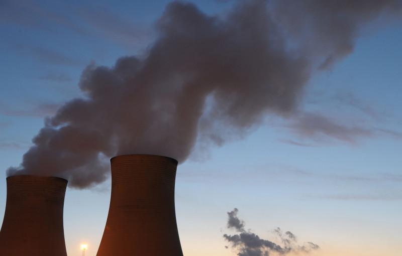 بخار يتدفق من أبراج التبريد في محطة لوي يانغ للطاقة التي تعمل بالفحم في وادي لاتروب، أستراليا