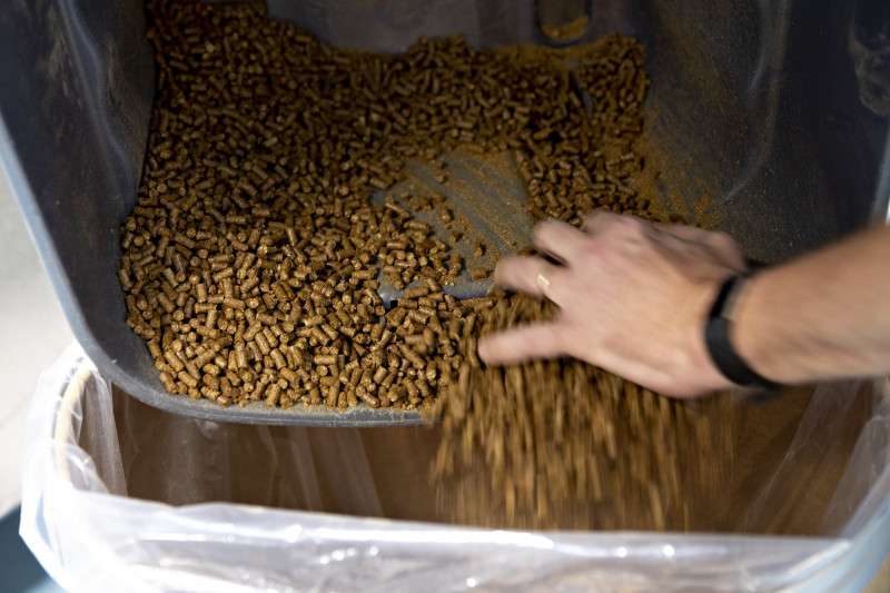 """معالجة أحد مكونات علف الماشية في مركز تكنولوجيا الغذاء الحيواني التابع لشركة """"آرتشر دانيلز ميدلاند"""" في ديكادور، إلينوي بالولايات المتحدة"""