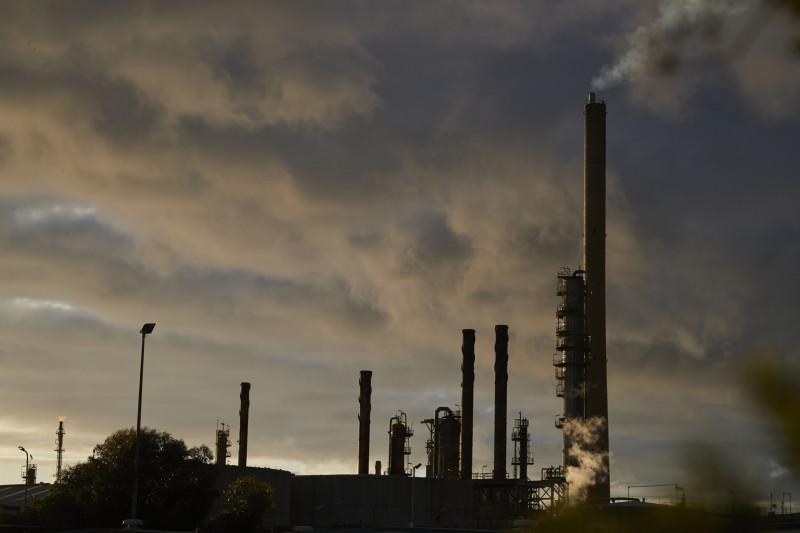"""سحابة من الدخان في مصفاة شركة """"إكسون موبيل كورب"""" في ألتونا نورث، فيكتوريا، أستراليا، يوم الأحد 14 فبراير 2021. وقد أصبحت """"إكسون موبيل"""" أحدث شركة نفط كبرى تعلن أنها ستغلق عمليات مصافي التكرير الأسترالية، تاركة الدولة مع اثنين فقط من المرافق."""