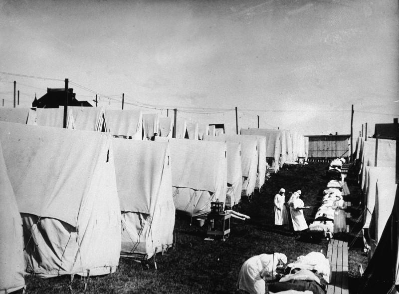 ممرضات يقدمن الرعاية لضحايا وباء الإنفلونزا الإسبانية في ولاية ماساتشوستس بالولايات المتحدة عام 1918