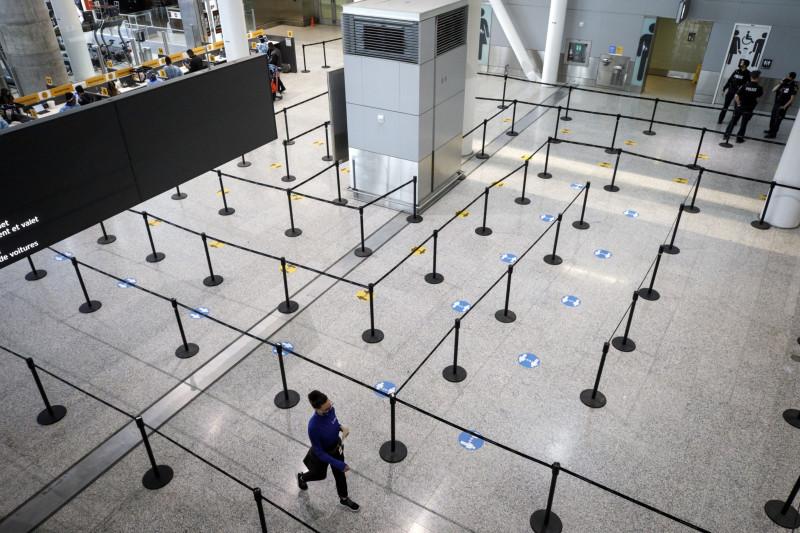 منطقة إجراء اختبار فيروس كورونا بمطار بيرسون - تورونتو