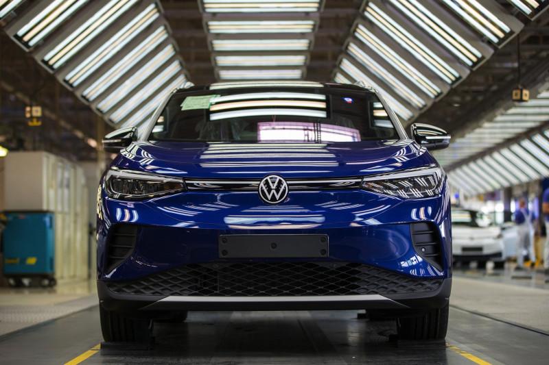 سيارة كهربائية في مرحلتها الأخيرة للفحص قبل التسويق من إنتاج شركة فولكس واجن الألمانية