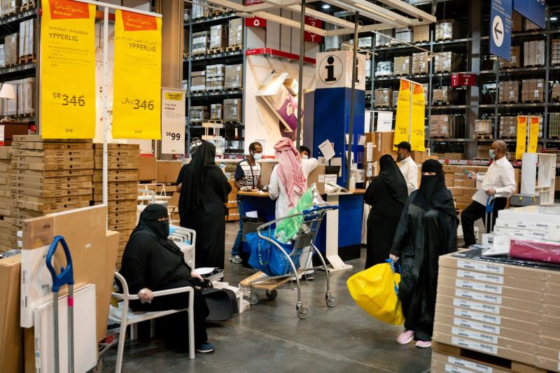 متسوقون في فرع ايكيا في أحد المولات ف العاصمة السعودية الرياض