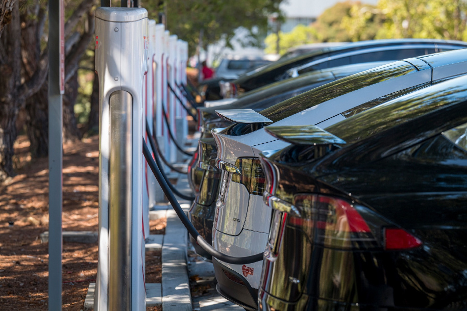 سيارات تسلا الكهربائية متوقفة في محطة لشحن البطاريات في مدينة سان ماتيو. كاليفورنيا/الولايات المتحدة