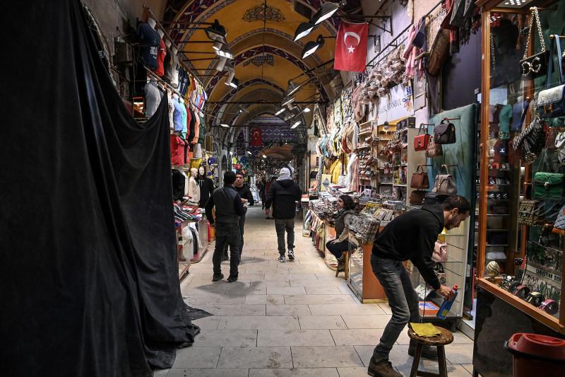 بائعون أمام متاجرهم في السوق الكبير بمدينة إسطنبول خلال ربيع 2021