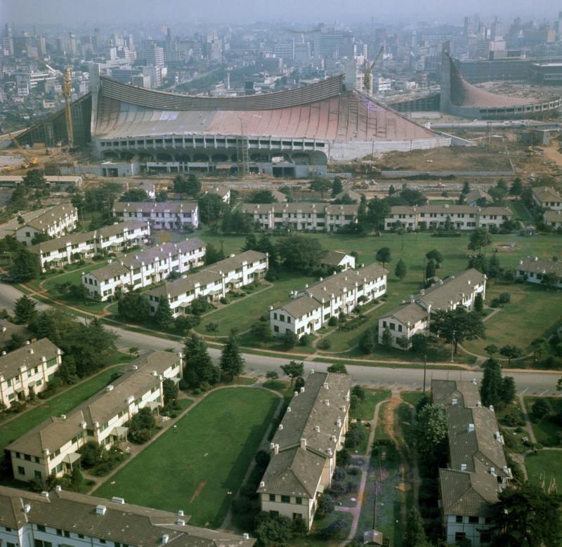 ملعب يويوغي الوطني، الذي كان لا يزال قيد البناء، بجوار القرية الأولمبية في يوليو 1964