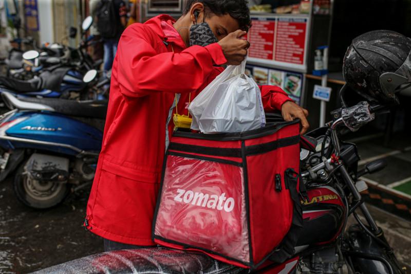 """عامل توصيل الطعام في شركة """"زوماتو"""" الهندية"""