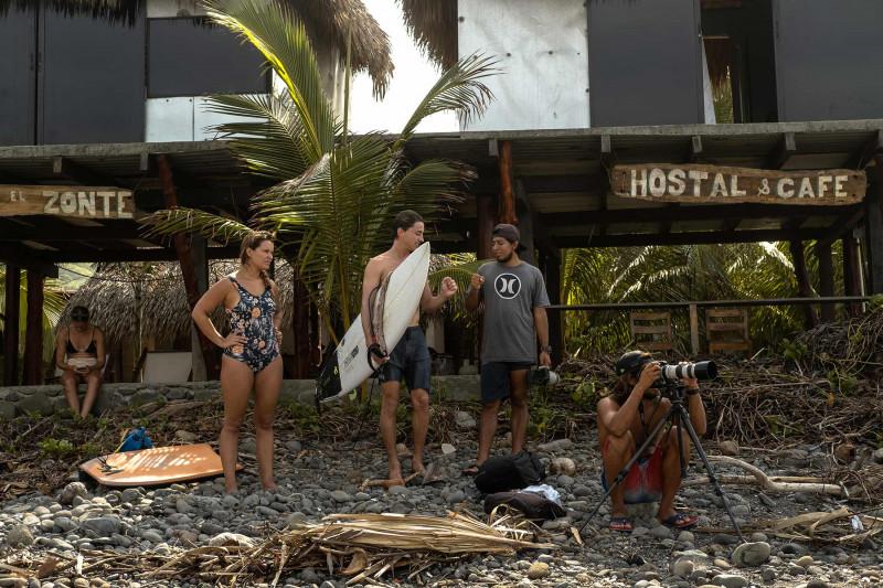 """هوغو كونتيراس، يلتقط الصور لراكبي الأمواج، وهو يتقاضى أجراً أعلى للصور في حال كان الدفع بـ""""بتكوين"""""""