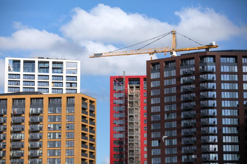 رافعة تعلو مجمّعات سكنية في لندن