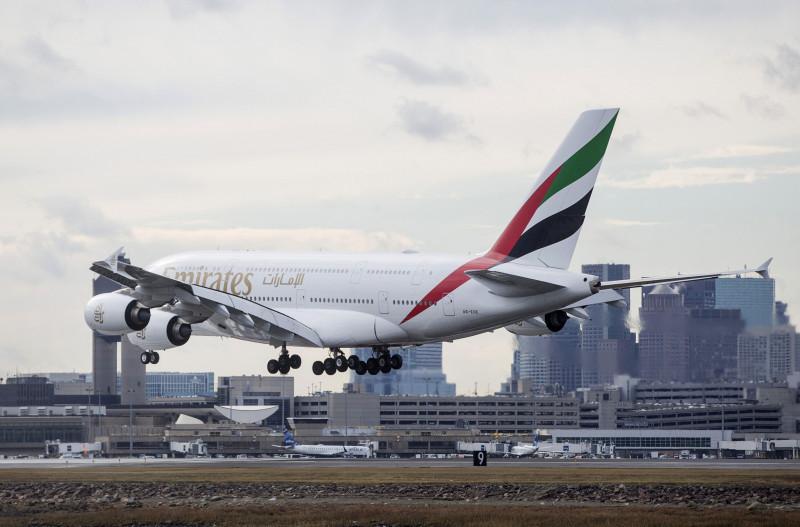 """طائرة تابعة لطيران الإمارات من طراز """"إيرباص A380""""  تهبط في مطار لوغان الدولي في بوسطن، ماساتشوستس، الولايات المتحدة"""