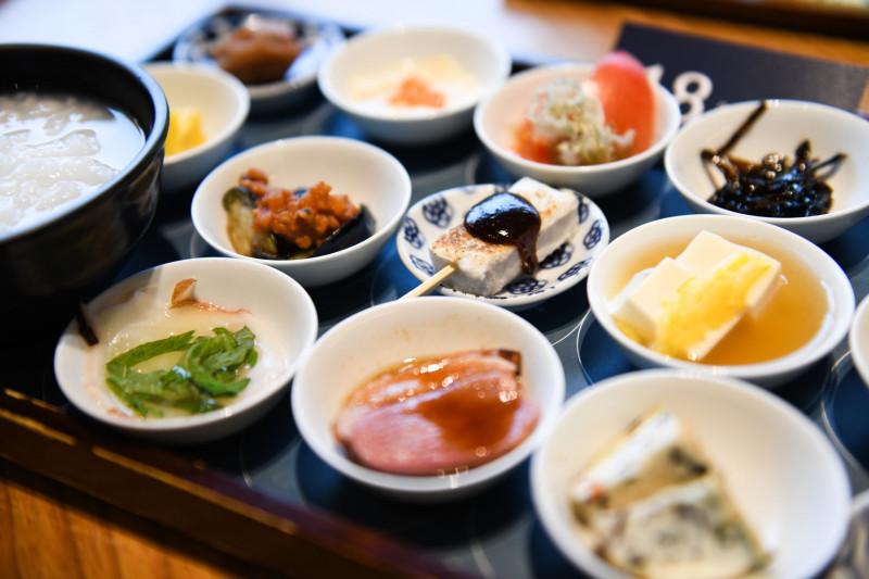 """وجبة إفطار مكونة من 18 طبقاً من الأطعمة اليابانية التقليدية مقدمة """"للعملاء"""" بأطباق صغيرة في معبد """"تسوكيجي هونغوانجي"""""""