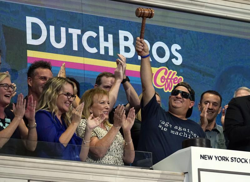 """بويرسما على اليمين يحمل المطرقة احتفالاً بالطرح الأولي لشركة """"داتش بروس"""" للقهوة في بورصة نيويورك"""