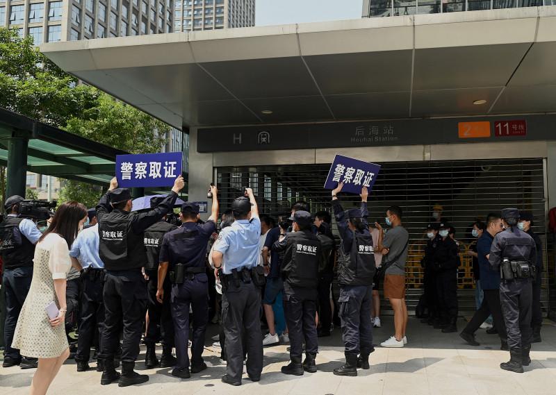 """ضباط من الشرطة يتعاملون مع محتجين قرب مقر شركة """"إيفرغراند"""" في مدينة شينزين الصينية يوم 16 سبتمبر 2021."""
