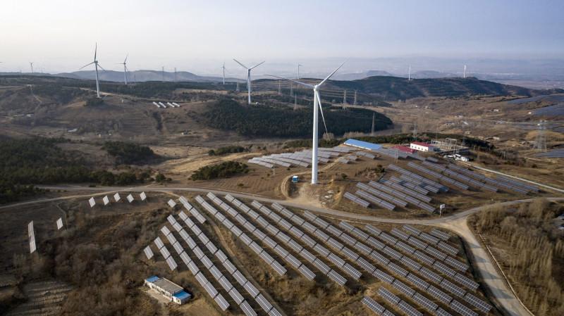 توربينات رياح وألواح شمسية بالقرب من فوكسين في مقاطعة لياونينغ ، الصين.