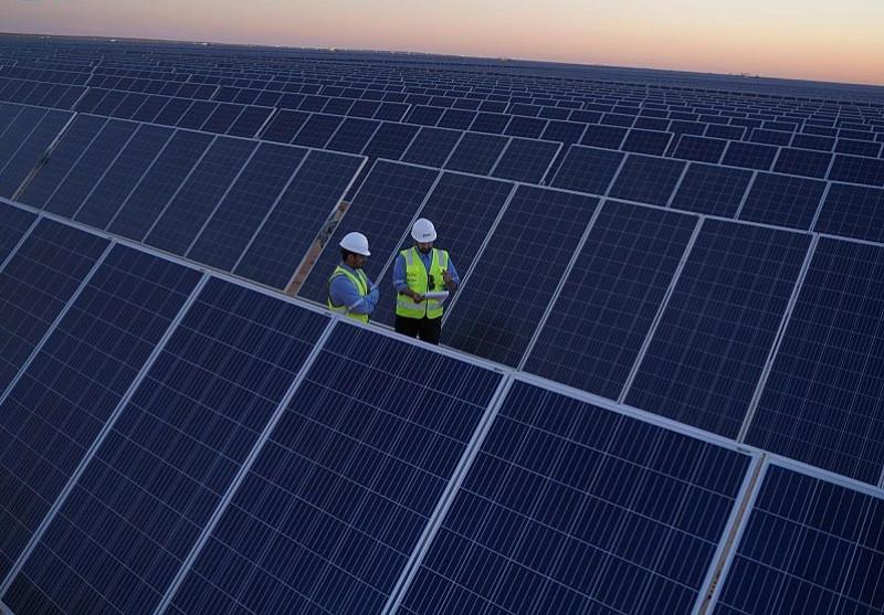 مزرعة لتوليد الطاقة الشمسية. كانت المملكة قد دشنت خلال الأيام والأسابيع القليلة الماضية سلسلة واسعة وطموحة من المشاريع الخضراء على الصعيد الداخلي والإقليمي، في مسعى لتحقيق رؤية 2030 التي خطها ولي العهد السعودي.