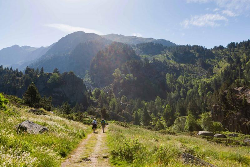 ممارسة رياضة المشي في الصيف في جبال أندورا