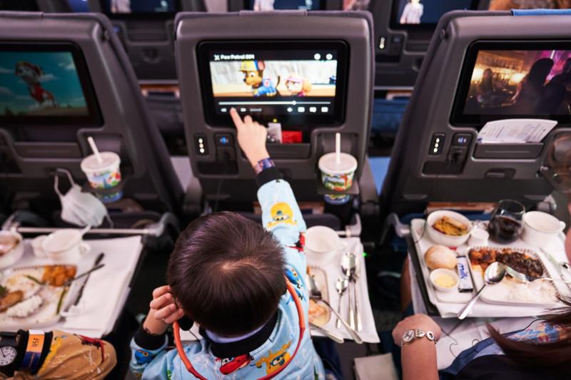 إحدى العائلات أثناء تناول وجبة داخل طائرة إيرباص التابعة للخطوط الجوية السنغافورية.