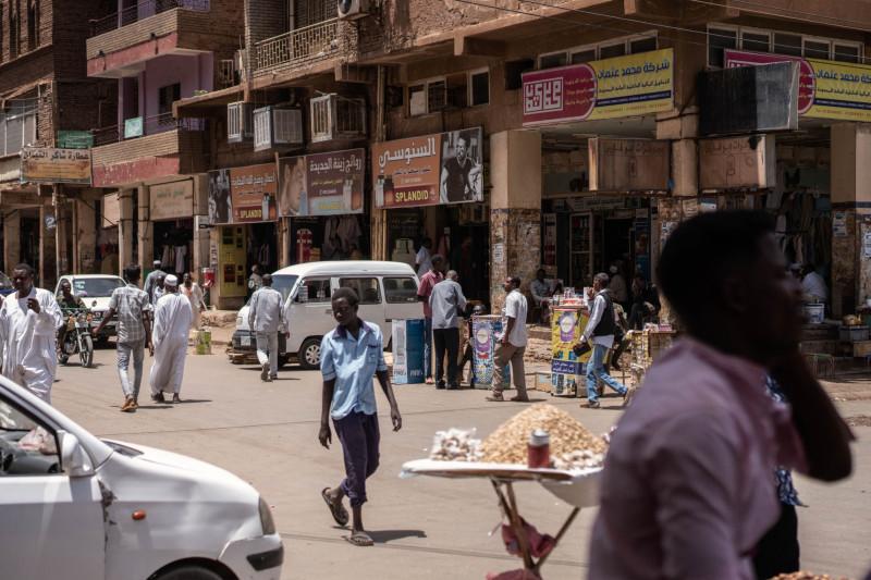 أشخاص في أحد الأسواق بالسودان