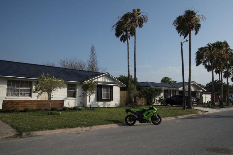 """منازل قرب موقع إطلاق """"سبيس اكس"""" في بوكا شيكا، رُكبت عليها أسقف """"تسلا"""" الشمسية"""