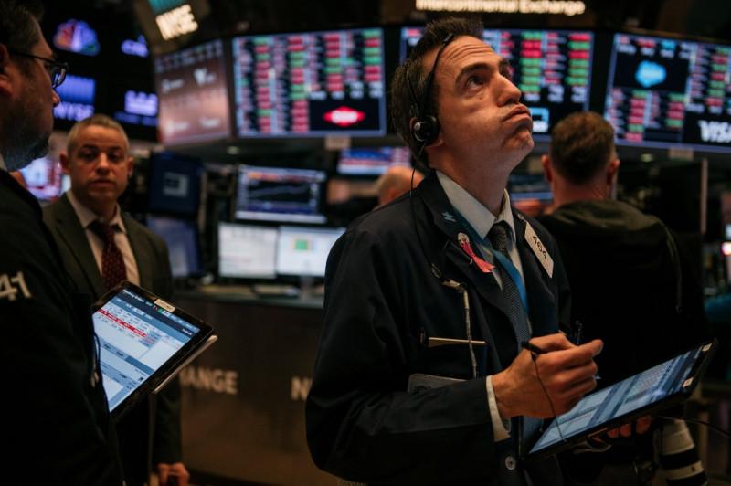 موظف في شركة تجارة أسهم في قاعة التداول ببورصة نيويورك للأوراق المالية