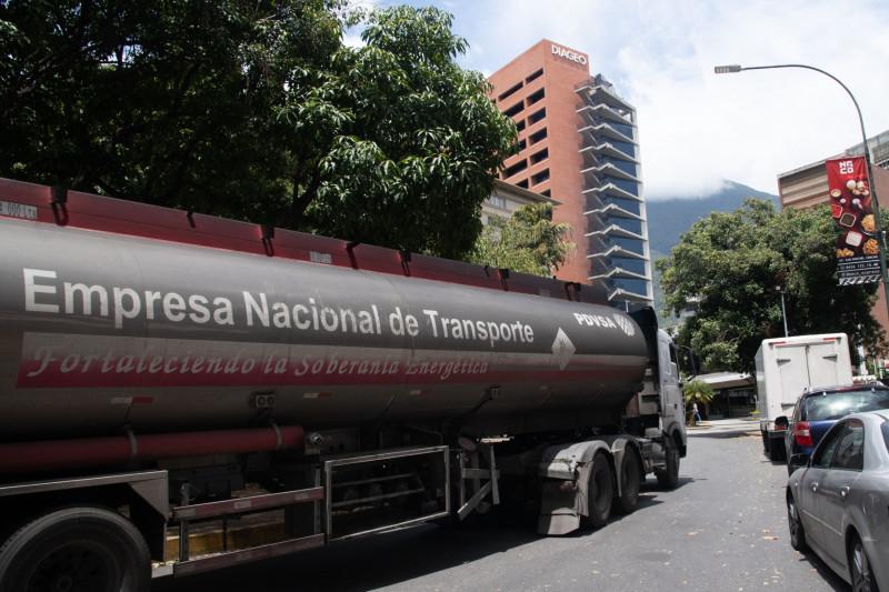"""شاحنة وقود تابعة لـ"""" PDVSA"""" تمر عبر حي لا كاستيلانا في كاراكاس"""